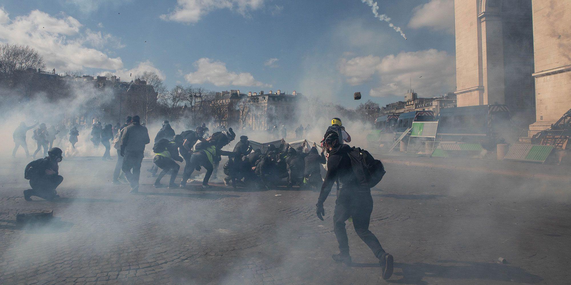 https://resize-lejdd.lanmedia.fr/img/var/europe1/storage/images/lejdd/societe/magasins-pilles-police-visee-les-images-du-violent-acte-18-des-gilets-jaunes-a-paris-3875315/gilets1/52540244-1-fre-FR/Gilets1.jpg