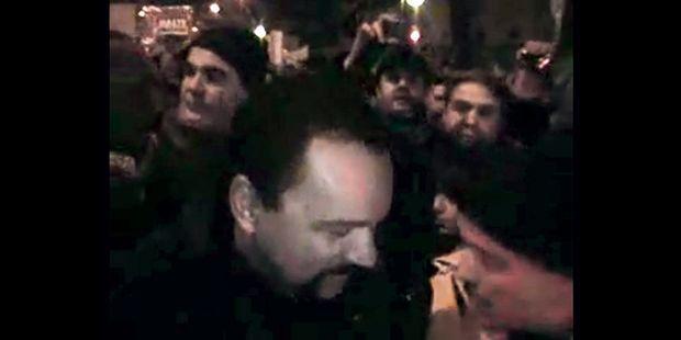 De gauche à droite : Frédéric Chatillon, Dieudonné et Axel Loustau en 2009 lors d'une manifestation à Paris contre une opération menée par Israël dans la bande de Gaza.