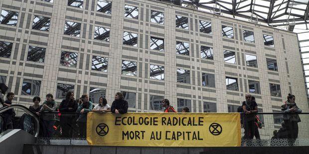 L'entrée du centre commercial Italie 2, à Paris, était bloquée par au moins 300 militants samedi matin.