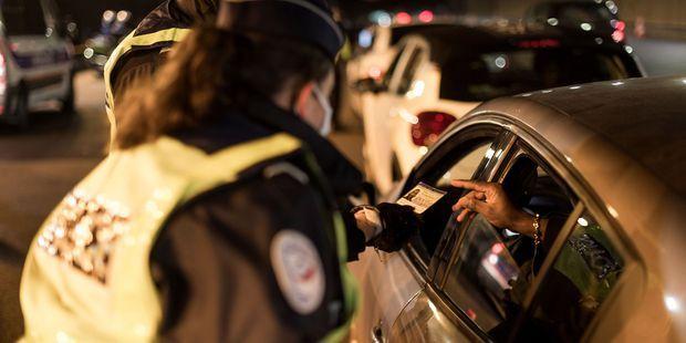 Contrôle de police sur le périphérique parisien pendant le couvre-feu, le 31 décembre.