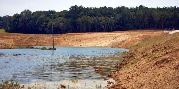 A Saint-Pierre-de-Caubel, dans le Lot-et-Garonne, le lac de Caussade est issu d'une retenue d'eau illégale.