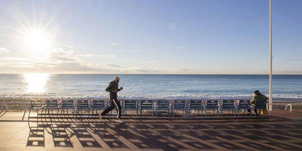 Footing sur la promenade des Anglais en décembre à Nice.