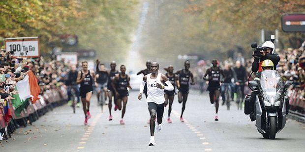 Marathon : Eliud Kipchoge passe sous les deux heures, un record à tout prix