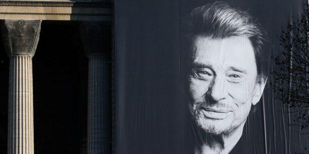 Portrait de Johnny Hallyday sur la façade de l'église de la Madeleine en décembre.