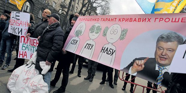 https://resize-lejdd.lanmedia.fr/rcrop/620,310/img/var/europe1/storage/images/lejdd/international/europe/en-ukraine-rencontre-avec-les-victimes-de-la-corruption-3880208/52651829-1-fre-FR/En-Ukraine-rencontre-avec-les-victimes-de-la-corruption.jpg