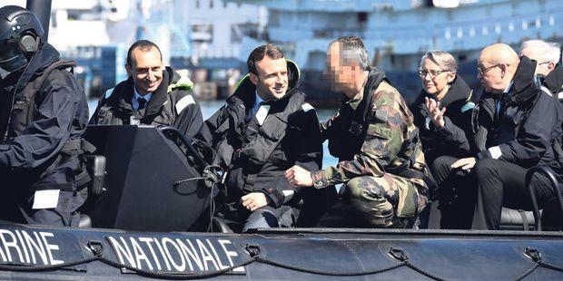 Emmanuel Macron, sur un bateau de la Marine nationale, le 1er juin.