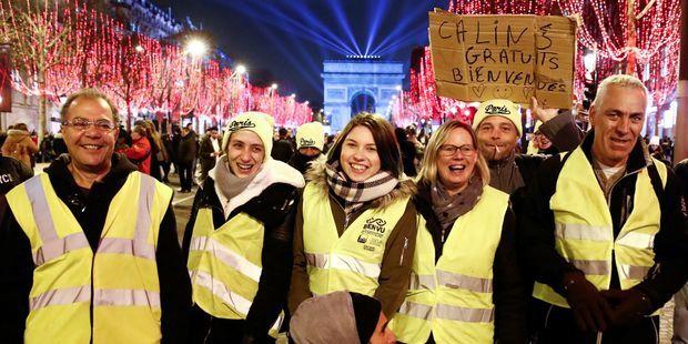 Des Gilets jaunes sur les Champs-Elysées lundi soir.