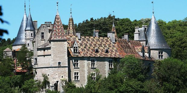 Officiellement mort en Ukraine, il menait une vie de château en Bourgogne