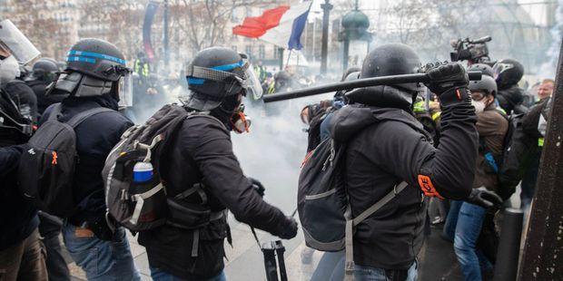 Notre reporter a pris cette photo samedi matin, lors des échauffourées entre CRS et Gilets jaunes en haut des Champs-Elysée.