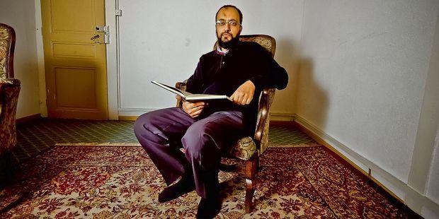 Hani Ramadan est le frère de l'islamologue Tariq Ramadan.